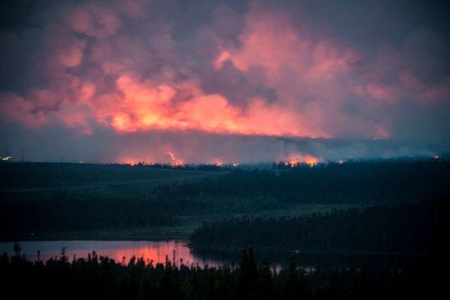 Les flammes de feux de forêt coloraient l'horizon... (Photothèque Le Soleil)