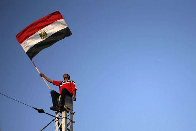 Un manifestant anti-Morsi brandit le drapeau égyptien au... (Photo: Reuters)