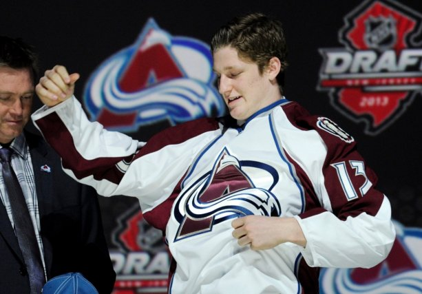 Nathan MacKinnon enfile le chandail de l'Avalanche du... (Associated Press)