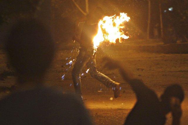 Les violences ont commencé en début de soirée,... (Photo Amr Abdallah Dalsh, Reuters)