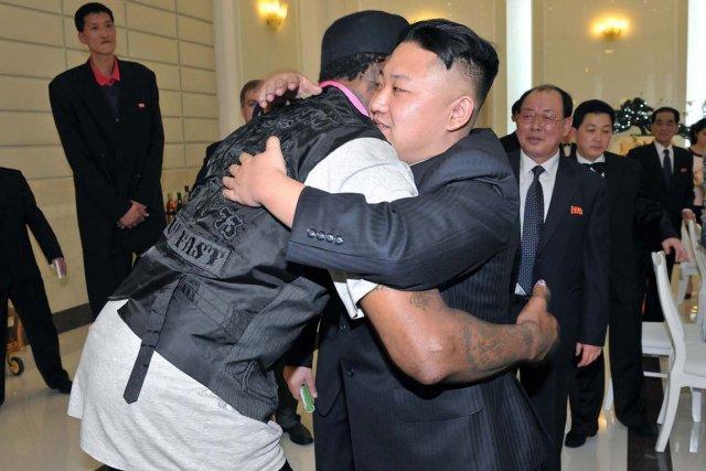 Le leader nord-coréen Kim Jong-un (à droite) fait... (PHOTO ARCHIVES AFP/KCNA)