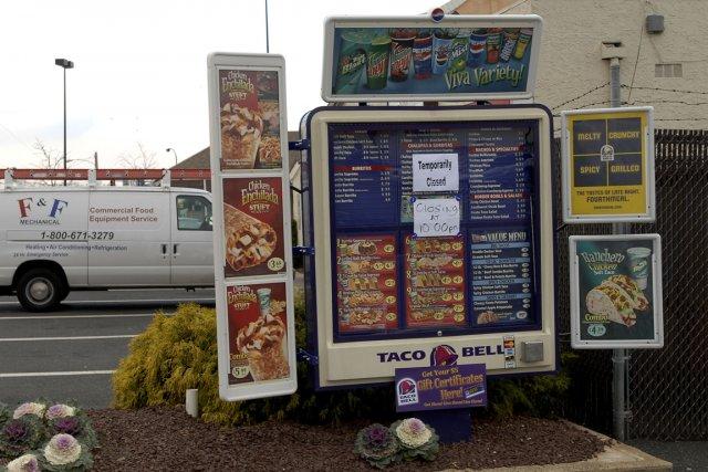 Trois personnes ayant commandé un repas au service à l'auto de Taco Bell dans... (Photo archives Bloomberg News)