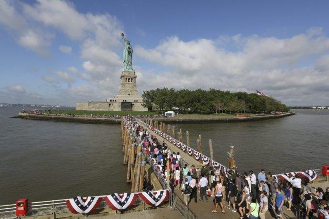 Tambours et joueurs de fifres, discours, drapeaux américains... (Photo Mary Altaffer, AP)