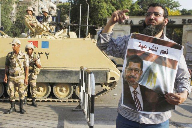 Un partisan du président renversé Mohamed Morsi manifeste... (PHOTO ASMAA WAGUIH, REUTERS)