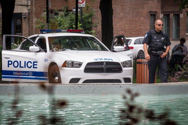 Au carré St-Louis, des policiers du SPVM sont... (PHOTO OLIVIER PONTBRIAND, LA PRESSE)
