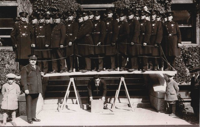 En octobre 1928, Victor Delamarre a soulevé sur... ((Archives Ermitage Saint-Antoine de Lac-Bouchette))