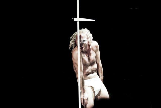 Cédric Paga interprète un personnage corrosif dans Qui... (Photo: fournie par Montréal complètement cirque)