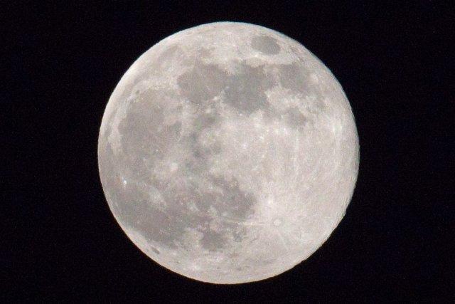 La poussière lunaire reste en suspension loin au-dessus... (PHOTO ARIEL SCHALIT, AP)