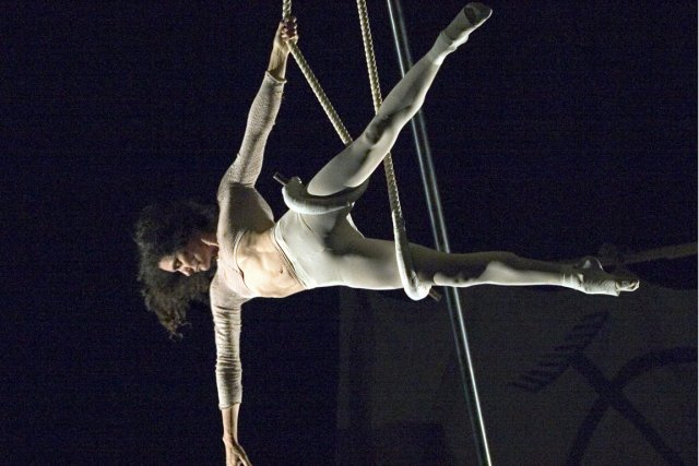 Le duo australien Acrobat propose un spectacle composé... (Photo fournie par Montréal Complètement Cirque)