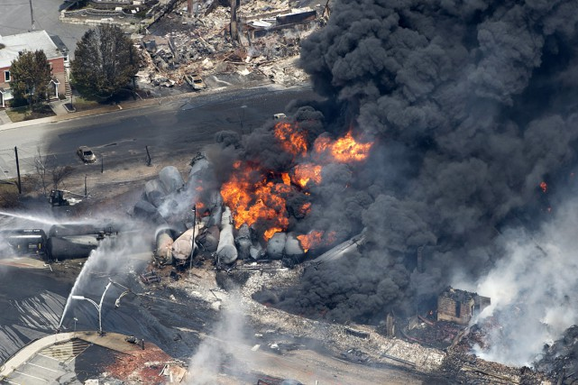 L'explosion d'un train de carburant à Lac-Mégantic a... (Photo: Paul Chiasson, La Presse Canadienne)