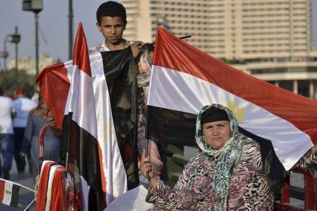 Une femme et un jeune garçon tiennent un... (PHOTO MOHAMED EL-SHAHED, AFP)