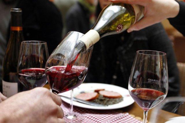 Courante dans le Beaujolais, la vinification en vendange entière des raisins... (Photo: AFP)