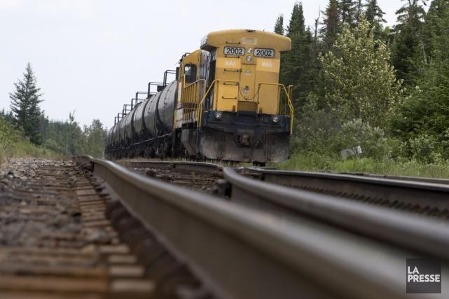 L'intervention des pompiers sur une des locomotives en feu n'a pas pu causer la... (Photo Robert Skinner, La Presse)