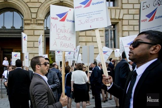 Les juristes de Montréal se sont rassemblés ce... (Photo Marco Campanozzi, La Presse)