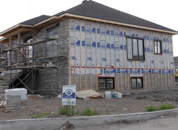 Le nombre de mises en chantier d'habitation est demeuré stable au cours du mois... (Photo archives)