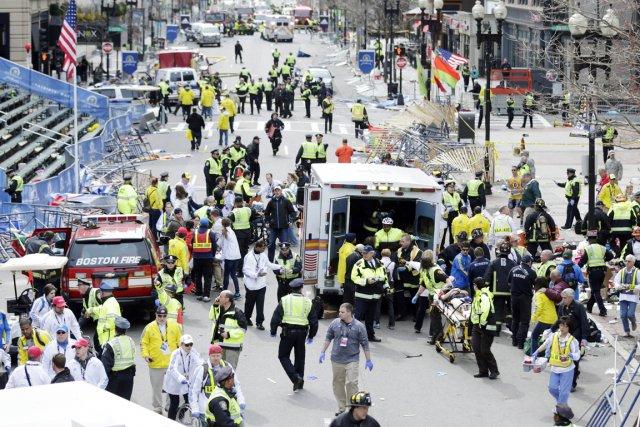 Les deux explosions qui se sont produites près... (PHOTO CHARLES KRUPA, ARCHIVES AP)