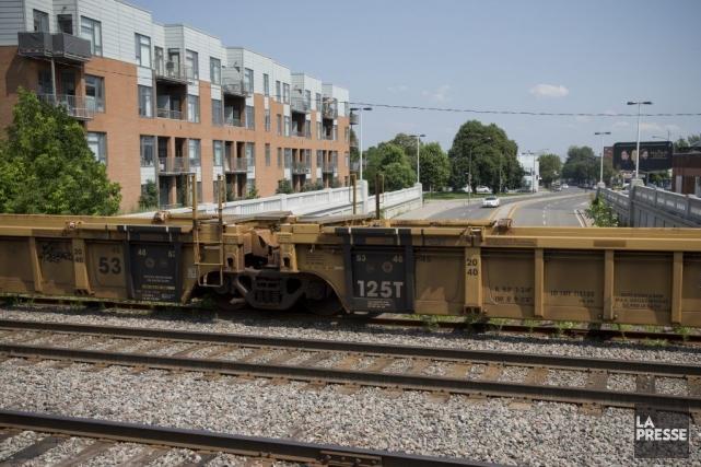 Des wagons sont stationnés sur le chemin de... (Photo David Boily, La Presse)