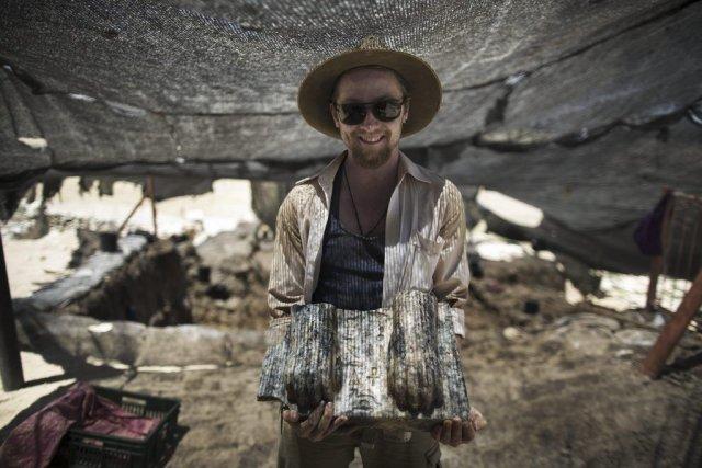 Le fragment de granit découvert mardi - les... (Photo AFP)