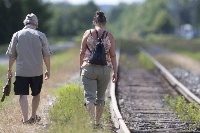 Deux personnes se recueillent près du chemin de... (Photo La Presse Canadienne)