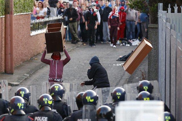 Des jeunes encagoulés, certains masquant leur visage avec... (Photo: AP)