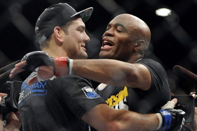 Chris Weidman et Anderson Silva... (PHOTO DAVID BECKER, AP)