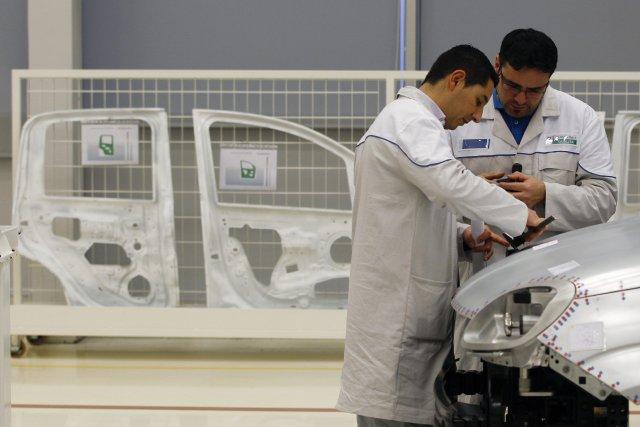 Des employés de Fiat en Italie s'affairent à... (Photo Alessandro Bianchi, Reuters)