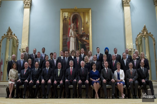 Stephen Harper pose avec les membres de son... (Photo Adrian Wyld, La Presse canadienne)