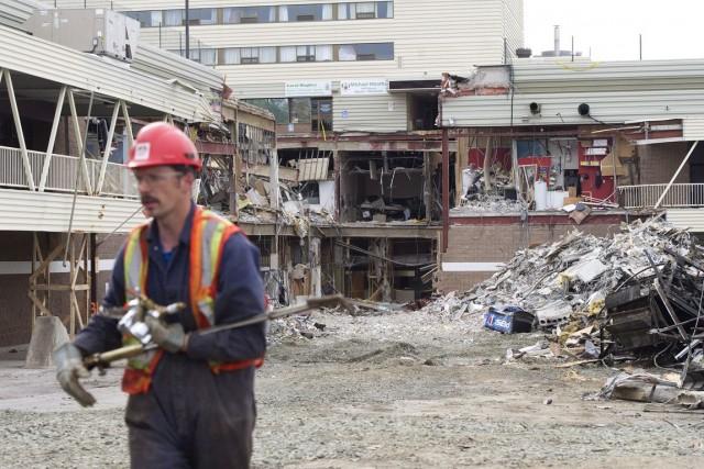 L'effondrement du toit d'un stationnement d'un centre commercial... (PHOTO NATHAN DENETTE, ARCHIVES LA PRESSE CANADIENNE)