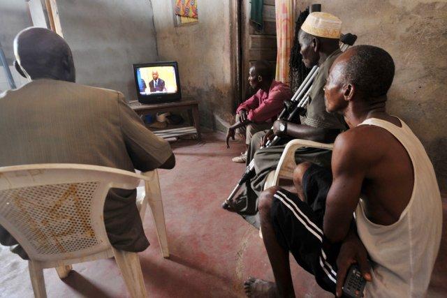 Les proches d'une victime de la crise postélectorale... (PHOTO SIA KAMBOU, ARCHIVES AFP)