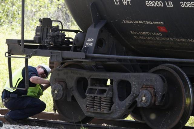 Un enquêteur du BST à Lac-Mégantic.... (PHOTO ARCHIVES REUTERS)