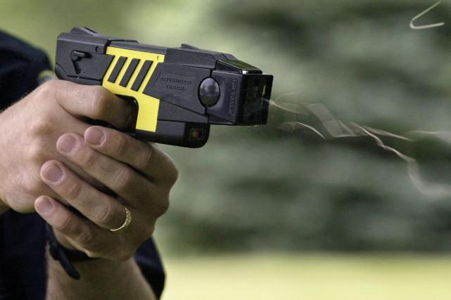 Selon l'entreprise Taser International, le pistolet à impulsion... (Archives La Presse Canadienne)