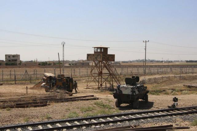 Des véhicules de l'armée turque, non loin de... (PHOTO ARCHIVES AFP)
