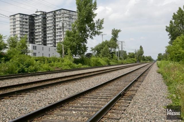 Démolir les bâtiments à proximité des voies ferrées... (Photo David Boily, La Presse)