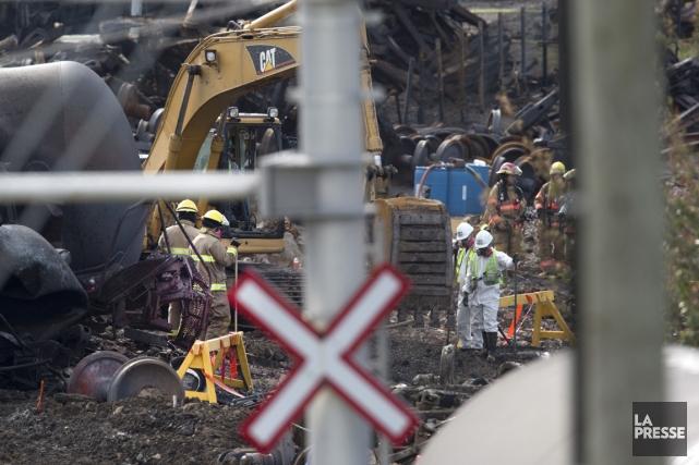 Les recherches se poursuivent pour trouver les restes... (Photo Robert Skinner, La Presse)