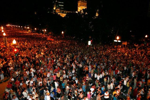 La foule sur la Grande Allée, après le... (Photothèque Le Soleil, Yan Doublet)