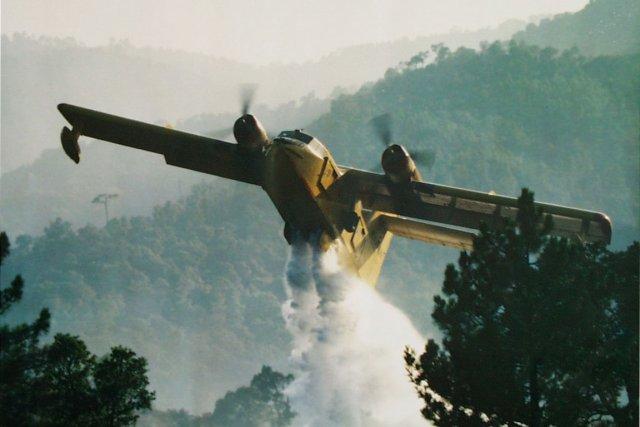 Un avion-citerne déverse de l'eau du haut des... (Photothèque Le Soleil)