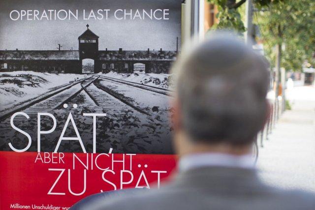 Les affiches, placardées à partir de mardi, montrent... (PHOTO GERO BRELOER, AP)