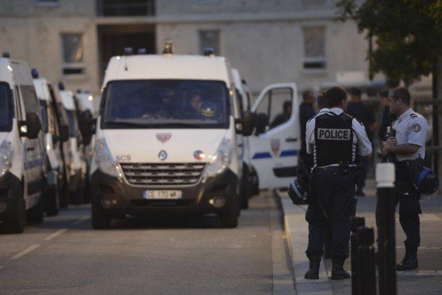 Des policiers français montent la garde devant le... (Photo MIGUEL MEDINA, Agence France-Presse)