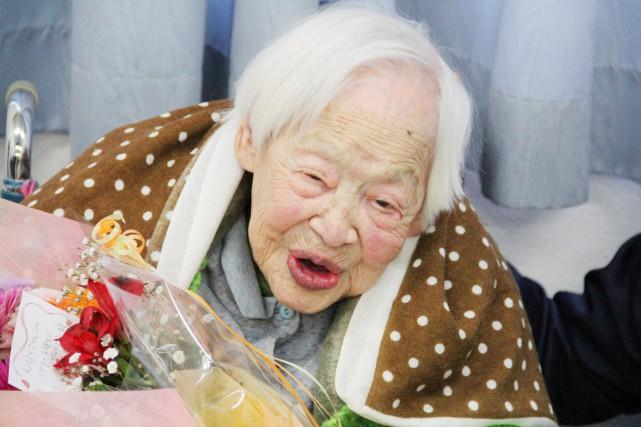 Misao Okawa célébrant son anniversaire de 115 ans.... (Archives AFP)