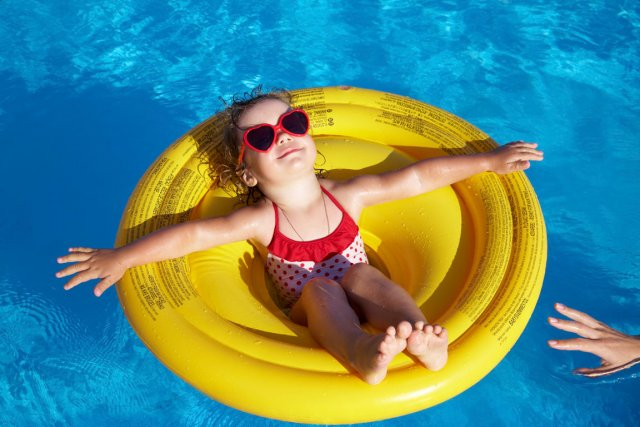 Plus les enfants se baignent, plus ils entraînent...