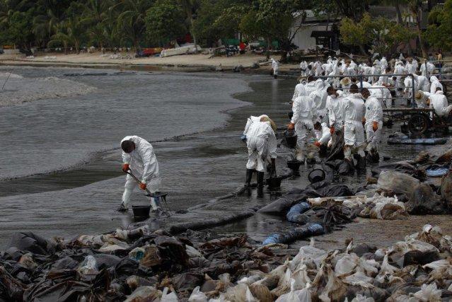 Des soldats thaïlandais oeuvrent à nettoyer les plages... (Photo Reuters)