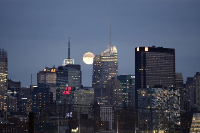 De jour comme de soir, New York est... (Photo Archives Reuters)