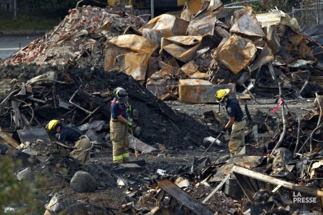Des pompiers dans les ruines de l'accident de... (Photo Olivier Jean, La Presse)