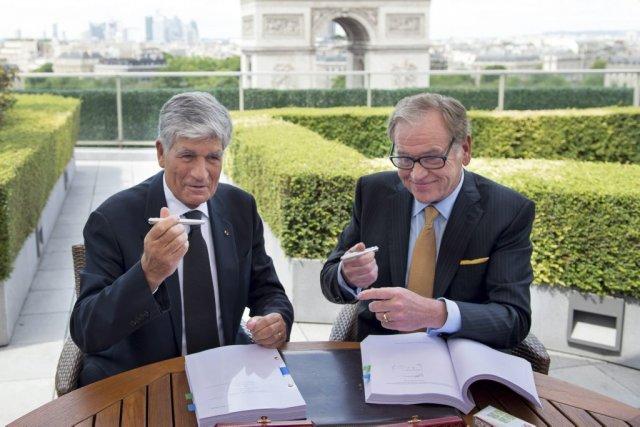 Maurice Lévy, CEO de Publicis, et John Wren,... (Photo BERTRAND LANGLOIS, agence france-presse)