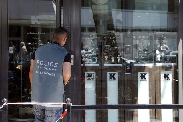 Un policier scientifique examine les lieux du braquage,... (Photo AFP)