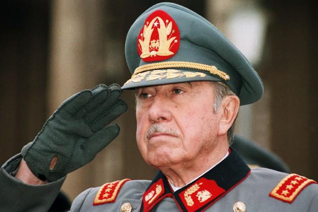Augusto Pinochet en 1986.... (Archives AP)