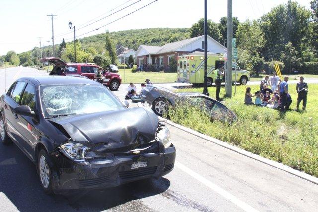 Six personnes ont été légèrement blessées à la... (photo Janick Marois)