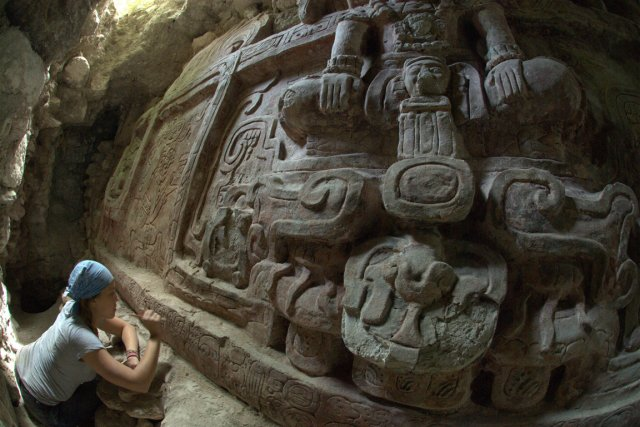 «La frise en stuc s'étend sur huit mètres... (Photo AFP)
