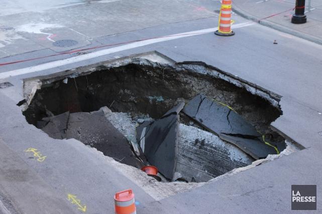 Une excavatrice est tombée au fond d'un trou... (Photo Frédéric Lafleur, La Presse)