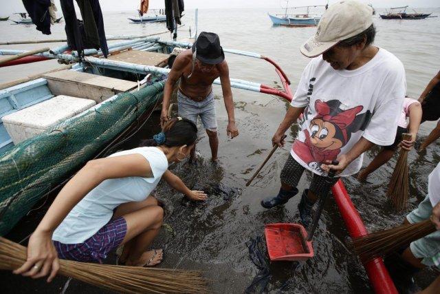 Des résidants constatent les dégâts causés par quelque... (Photo Bullit Marquez, AP)